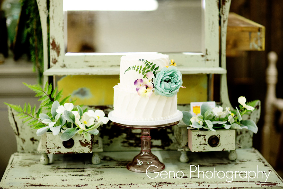 Vintage Love Rentals of Des Moines by wedding photographer, Geno Photography